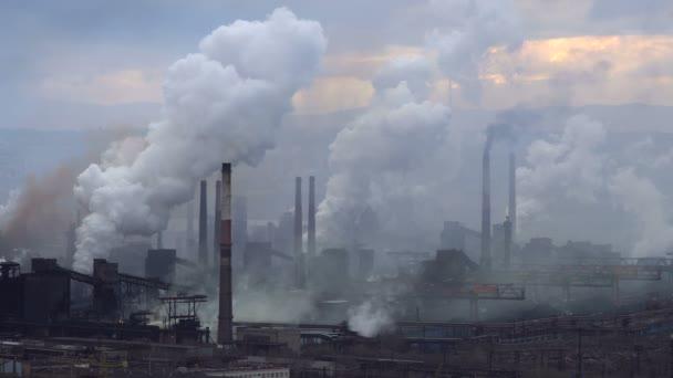 Znečištění ovzduší z průmyslových závodů. Velký závod na pozadí města. Potrubí, házení kouř na obloze