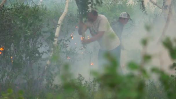 Lesní požár. Hašení Flame.people uhasit požár v lese
