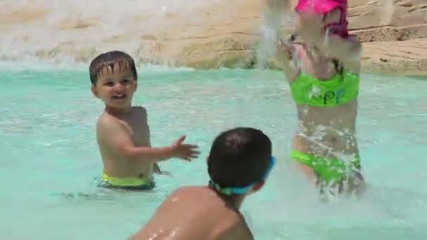 Děti navzájem stříkající vodou