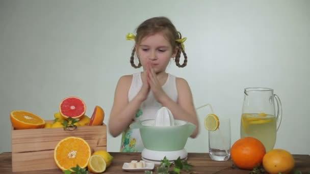 Mädchen presst Saft der grapefruit