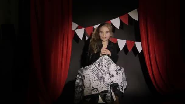 a kislány azt mutatja, fókusz