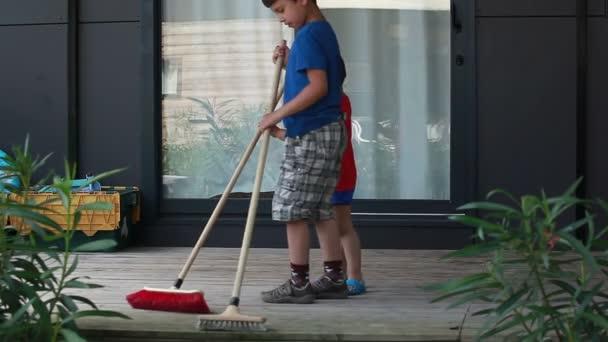 chlapci zamést podlahu