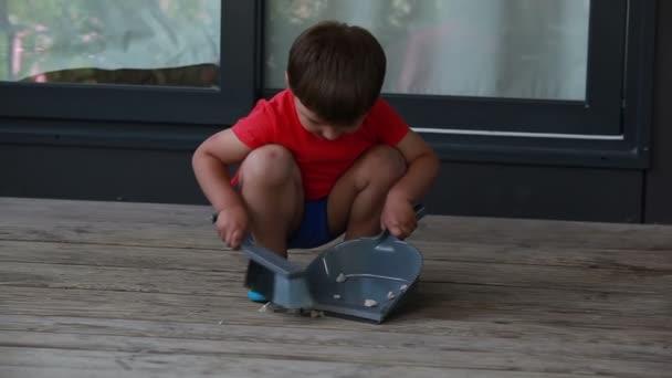 Chlapec sbírá odpadky v kopeček