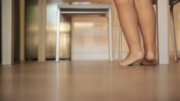 dětské nohy běží po podlaze