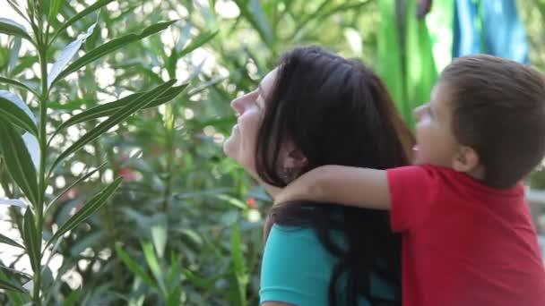 Ragazzo che abbraccia la sua madre