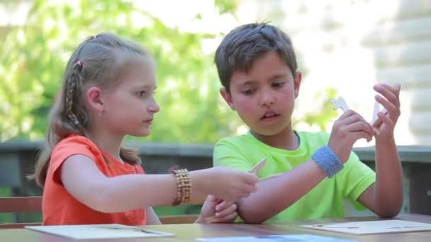 Gyermekek modell gyűjt a tervező