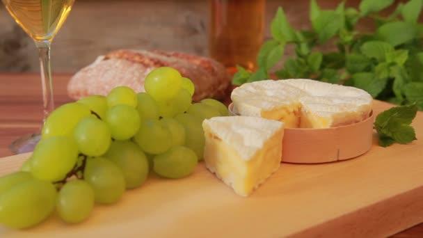 Camembert s bílým vínem