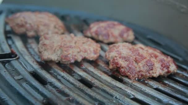 Kuřecí burger grilování na grilu
