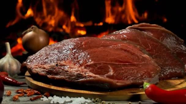 Panorama z lahodných syrových hovězích steaků leží na dřevěné desce