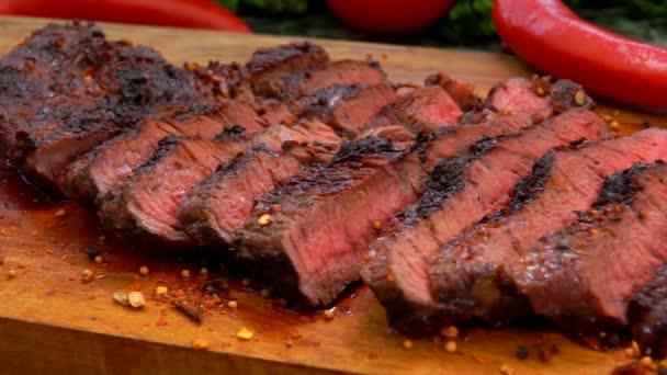 Panorama lahodného šťavnatého steaku nakrájeného na plátky na dřevěnou desku