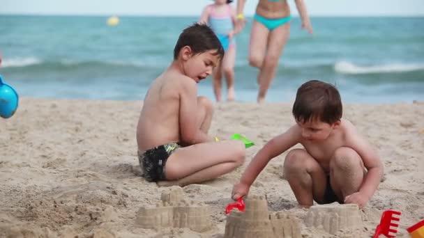 Děti stavět hrady z písku