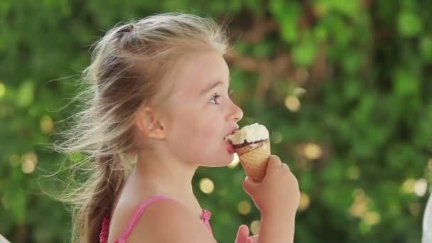 Dívka jí zmrzlinu