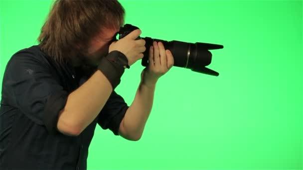 il fotografo cattura immagini su uno schermo verde