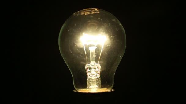 灯泡照亮黑暗的房间里