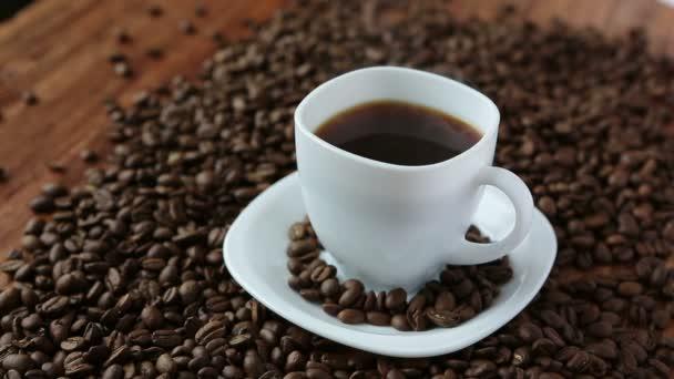 Ochucené kávy v šálku v kávová zrna