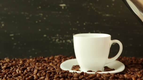 Szakadó körül szemes kávé csésze kávé