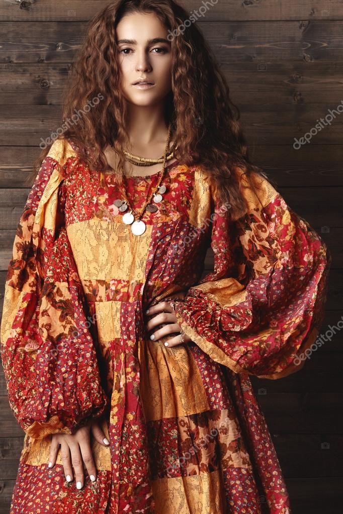 Schöne junge Frau mit langen lockigen Frisur, Modeschmuck mit lange ...