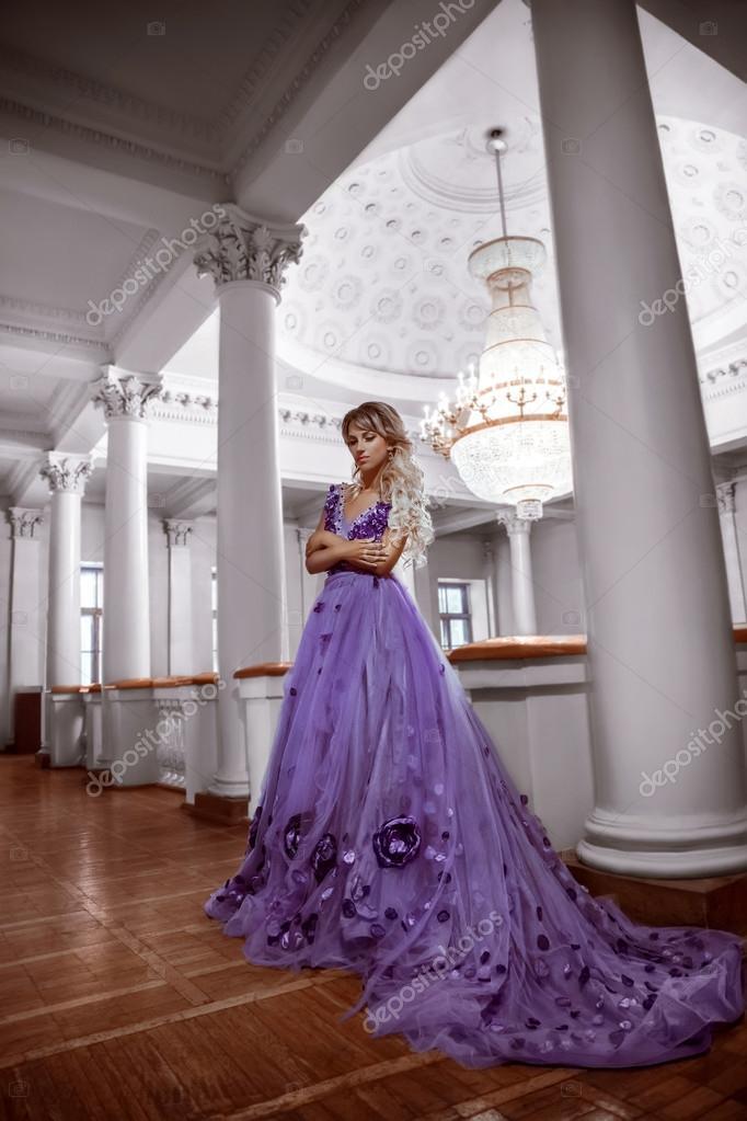 chica hermosa en un vestido morado — Fotos de Stock © liqwer20.gmail ...