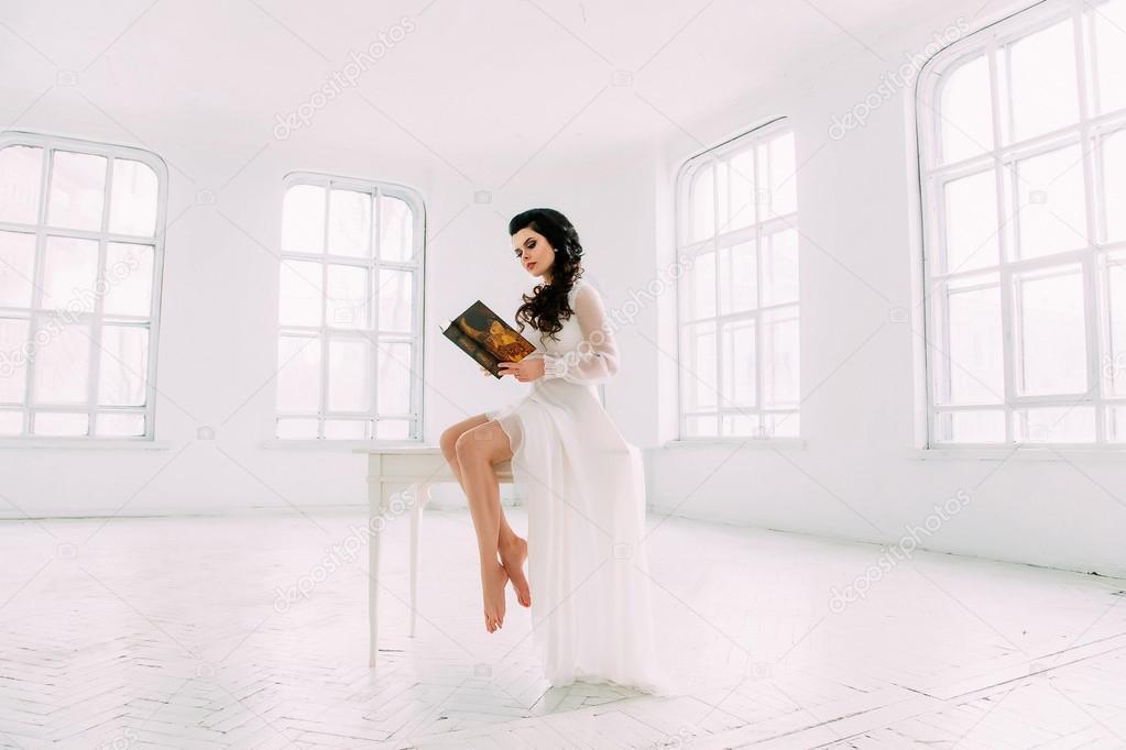 Luxuriöse Brünette in einem weißen Kleid — Stockfoto © liqwer20 ...