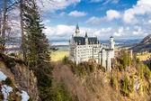 Fotografie Nádherný pohled na světoznámý zámek Neuschwanstein, 19 Novorománský palác postaven pro krále Ludvíka Ii, s malebnou horskou krajinou nedaleko Fussen, jihozápadním Bavorsku, Německo
