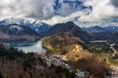 Fotografie Alpy a jezera v letním dni v Německu. Převzato z kopce vedle zámku Neuschwanstein
