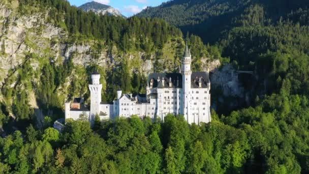 Berühmtes Schloss Neuschwanstein mit malerischer Berglandschaft bei Füssen, Bayern, Deutschland. Schloss Neuschwanstein in Hohenschwangau, Deutschland.