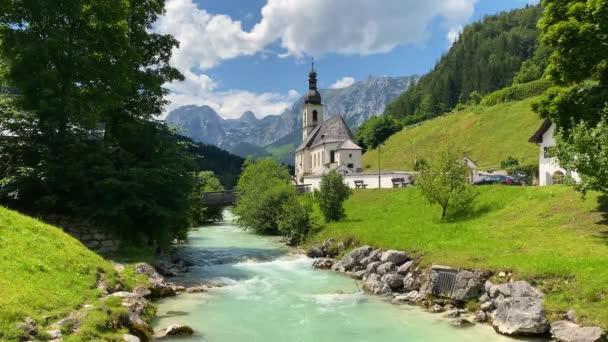 Landschaftlich reizvolle Berglandschaft in den bayerischen Alpen mit der berühmten Pfarrkirche St. Sebastian im Dorf Ramsau, Nationalpark Berchtesgadener Land, Oberbayern, Deutschland