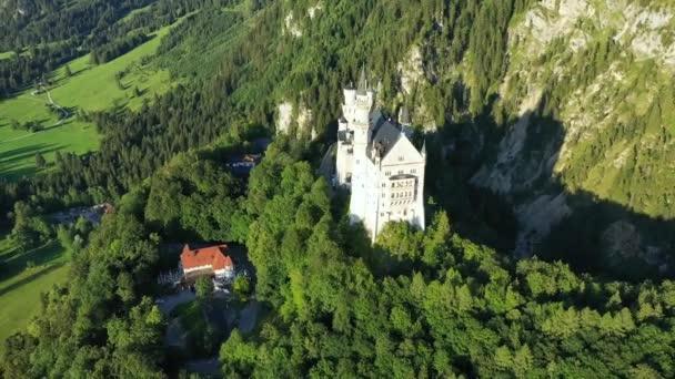 Märchenschloss Neuschwanstein bei Füssen, Bayern. Blick auf das berühmte Schloss Neuschwanstein. Ort: Dorf Hohenschwangau bei Füssen, Südwest-Bayern, Deutschland, Europa
