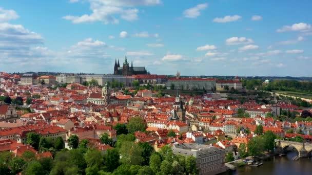 Panoramatický výhled shora na centrum Prahy, anténa hlavního města Prahy, pohled shora na město, let nad městem, výhled shora, řeka Vltava, Karlův most, Praha, Česká republika.