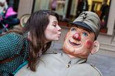 Dívka líbání voják Švejk panenka