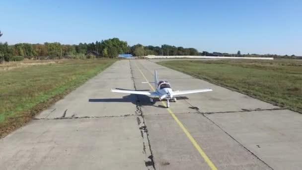 Malé letadlo se pohybuje po dráze
