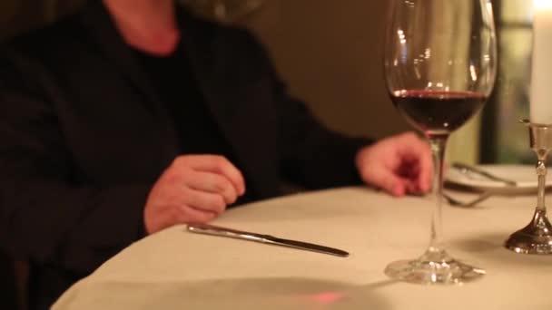 Číšník přináší zákusek v restauraci