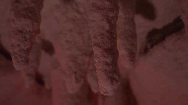 Stalaktity v solné jeskyni