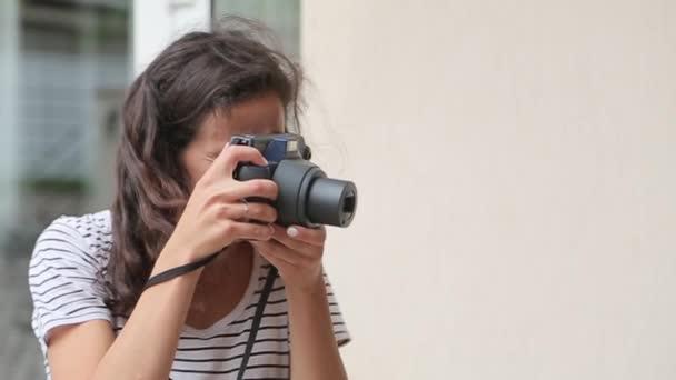 Mädchen macht das Foto auf der Old-School-Kamera und lächelt