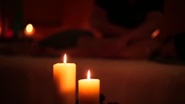 Masáž ve wellness salonu a svíčka
