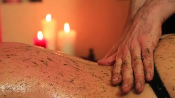 Masáž se směsí bylin pro ženu