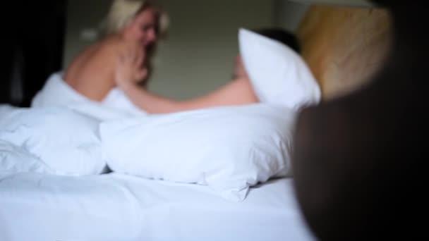 mladý pár se baví v posteli