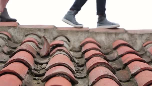 Muži a ženy na střeše
