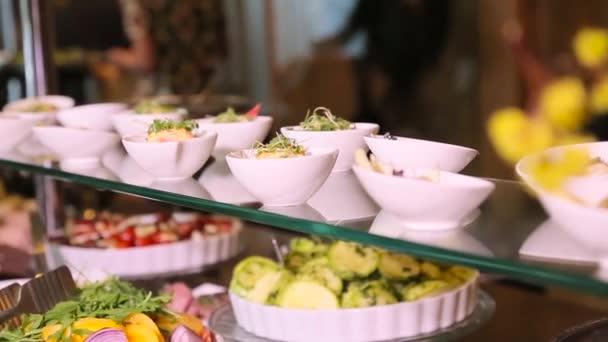 Tavolo snack con insalate e verdure