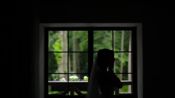 Silhoutte menyasszony rajta fülbevaló