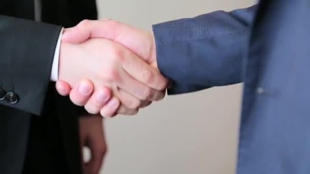 Podnikatelé, třesoucí se ruce zblízka
