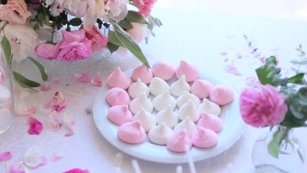 Bílá bufetového stolu s sladkosti