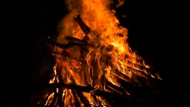 Oheň hoří zblízka