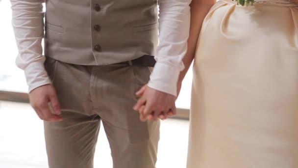 Mladí copule držel ruku na svatbě