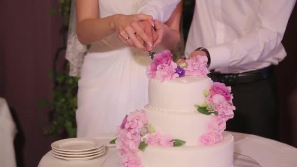 Pár rozkrojit svatební dort