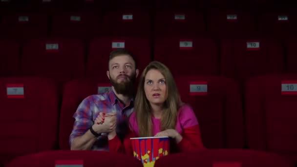 Chlapec a dívka strach v kině