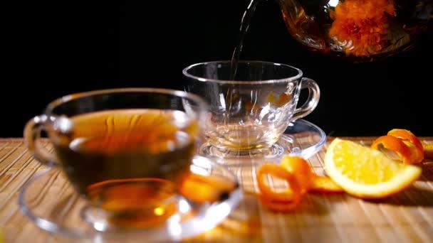 Lití kvetoucí čaj se skořicí a oranžové 2