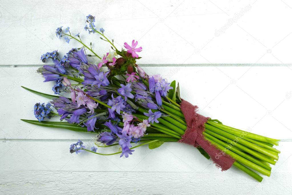 Discussion sur l'étoile du 31 janvier  2019 Depositphotos_107879624-stock-photo-bouquet-with-colorful-wild-hyacinths