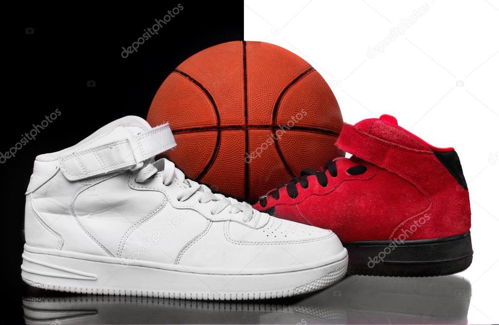 高スニーカーは白と赤の glanc 表面に。クラシックなバスケット ボール シューズ。Midlle にバスケット ボール ボール。黒と白の背景。ホワイト 靴黒赤背景靴ホワイト