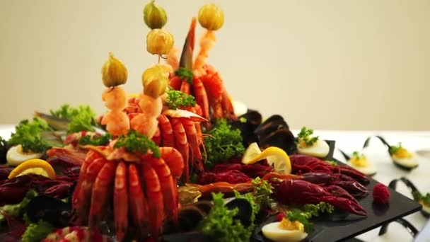 Breaded Butterfly Shrimp - smažené plněné krevety. Krabí stehýnka v těstíčku, výborná tapa. Krásná porce mořských plodů smažených v těstíčku.Míchaný salát z mořských plodů na talíři krevet, ryb, olihní a raků, zdobený citronem a petrželkou.